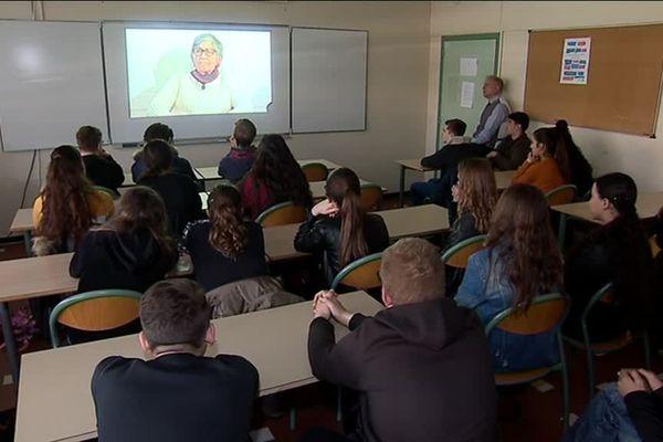 Les collégiens de Lunel écoutent les témoignages de 5 survivants de la Shoah, dans leur salle de classe, avec leur professeur d'histoire-géo. Une initiative nationale de l'union des déportés d'Auschwitz. 18/03/2019 - collège Mistral.