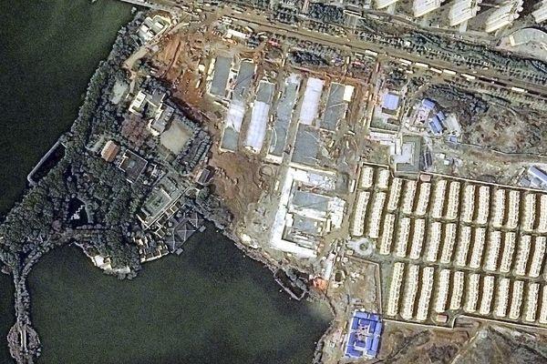 Comme le montre cette photo satellite, prise le 29 janvier 2020, une semaine après le début du chantier les murs de l'hôpital de Wuhan sont déjà construits.