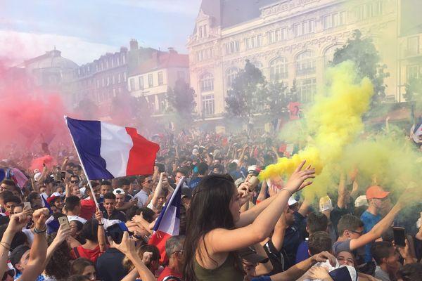 Ils l'ont fait : la France est championne du monde de foot. Dimanche 15 juillet, sur la place de Jaude, à Clermont-Ferrand, des dizaines de milliers de supporters ont assisté à la victoire des Bleus face à la Croatie 4 à 2. Ambiance de folie au coup de sifflet final.