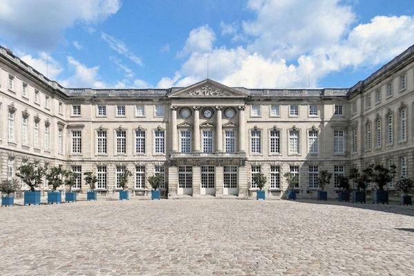 La municipalité imaginait installer le village avec les animations devant le Palais impérial de Compiègne.