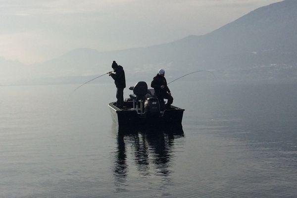 Des pêcheurs attendent les truites, ombles chevaliers et lavarets sur le Lac du Bourget samedi 28 janvier.
