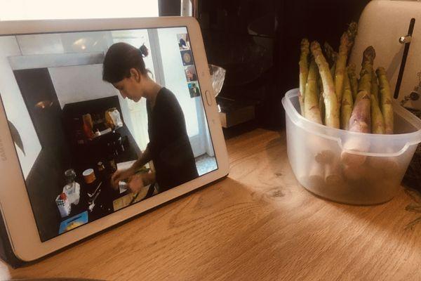 Une participante à l'atelier visio culinaire du chef palois Stéphane Cunin