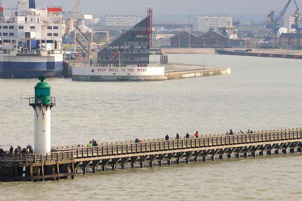 Le phare et le port de Calais.