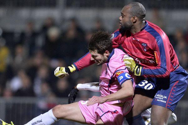Fabien Farnolle et Damien Périnelle ont fait bloc pour repousser les attaques d'Angers, vendredi soir, et permettre au Clermont Foot de s'imposer à l'extérieur 2 buts à 1 (20ème journée de Ligue 2)