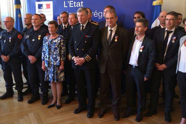 36 personnes, gendarmes, démineurs, sapeurs pompiers, mais également agents de la DREAL ou de la préfecture ont reçu mercredi 24 avril la médaille de la sécurité intérieure, un an après les opérations d'expulsions sur l'ancienne ZAD de Notre-Dame-des-Landes.