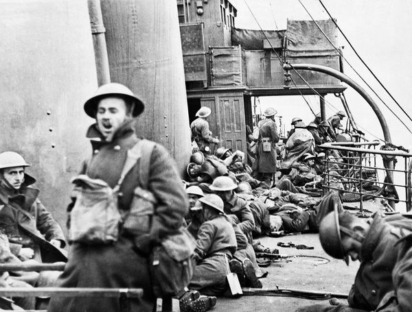 Des soldats britanniques épuisés, à bord d'un navire les ramenant en Angleterre.