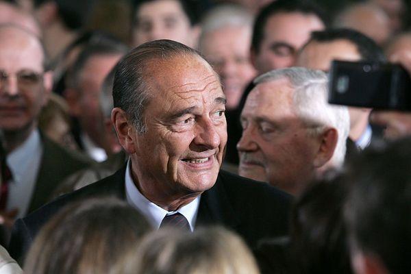 le président Jacques Chirac prend un bain de foule au gymnase du centre de secours de Tulle, le 15 janvier 2005, lors de la cérémonie de présentation des voeux aux Corréziens.