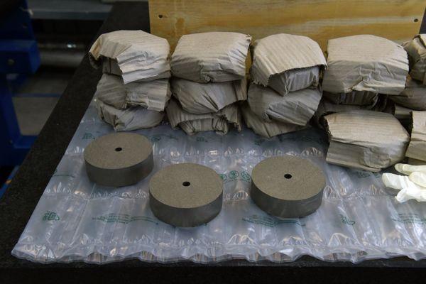 Les disques métalliques d'hydrogène produits par la société McPhy Energy à La Motte-Fanjas, dans la Drôme.