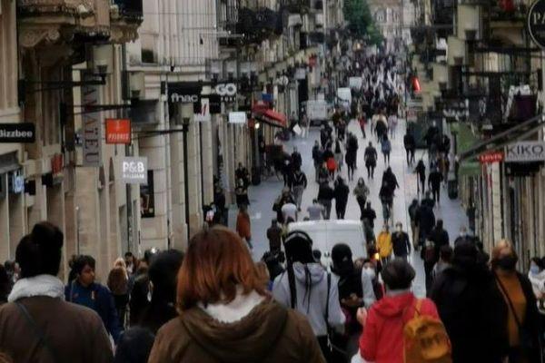 Beaucoup de monde, rue Sainte Catherine, pour un lundi matin en ce jour de déconfinement.