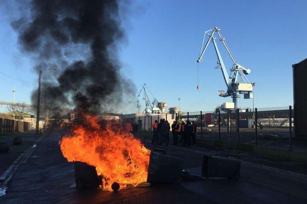 Les manifestants dont des dockers ont bloqué des accès au port de commerce de Lorient