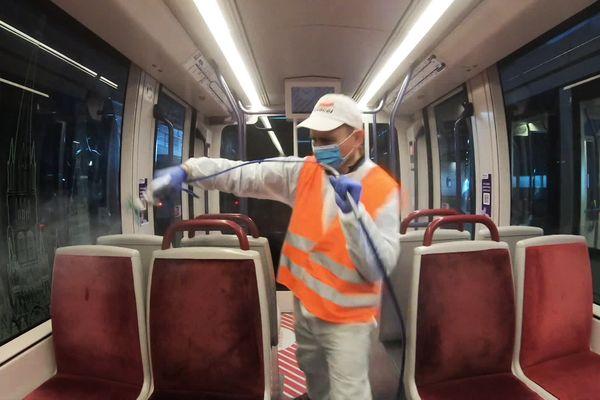 Du produit désinfectant anti-Covid mis au point près de Rouen pulvérisé dans une rame de tramway