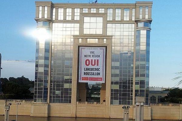 Montpellier - le conseil régional pavoisé d'une banderole pour un Languedoc-Roussillon libre - 11 juin 2014.