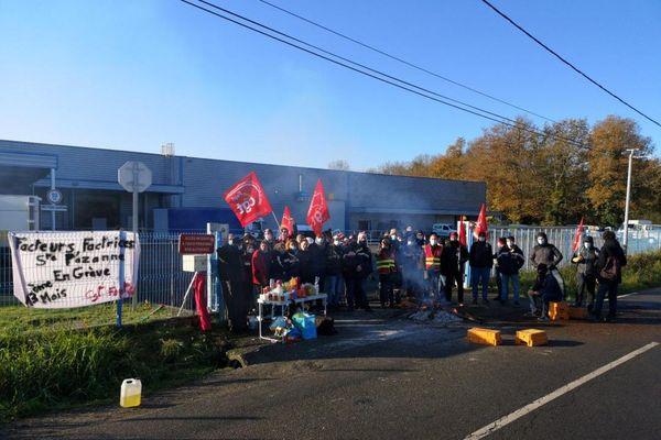 Les grévistes devant le centre de tri des Sorinières, près de Nantes.