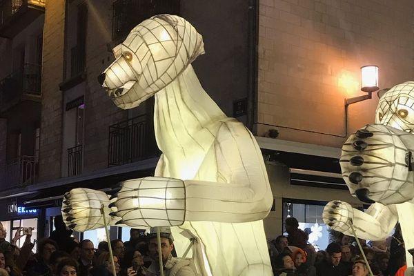 Les ours de la compagnie Remue-ménage dans les rues de Caen, le 1er décembre 2018.