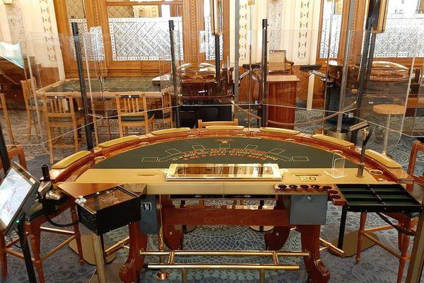 Au Casino de Monte-Carlo, seul le croupier est autorisé à manipuler les cartes, qui seront toutes détruites à la fin du sabot.
