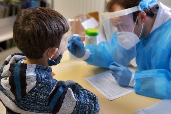 Depuis le 9 mars, des tests salivaires sont déployés en milieu scolaire en Corse.