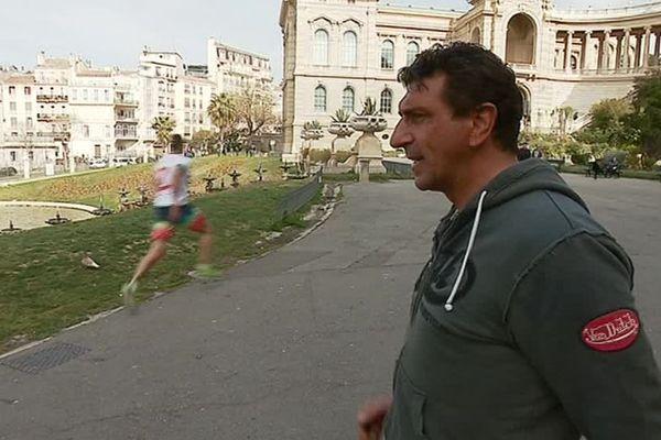 Entraînement de l'ancien coureur amiénois Stéphane Desaulty avec des sans-abris au parc Longchamp de Marseille - Avril 2019