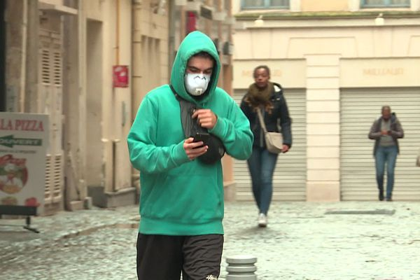 Le masque dans les rues de Rouen, septembre 2019. Six mois plus tard, les habitants le portent à nouveau contre le coronavirus