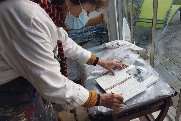 Nadine continue l'apprentissage de la peinture à travers l'étude de la théorie