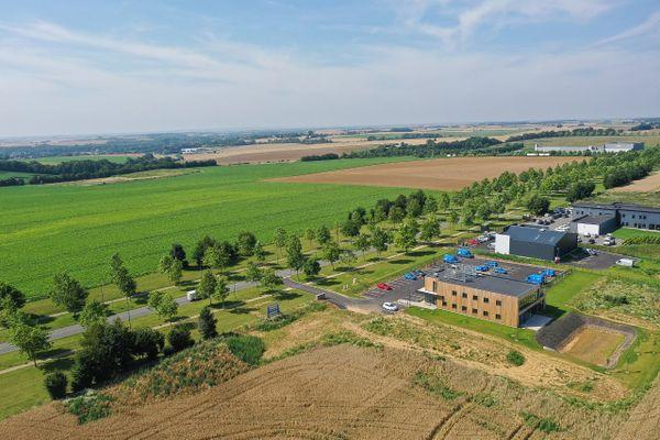 La nouvelle usine Clarins devrait prendre place sur ce terrain de 10 hectares de la zone d'activités des autoroutes à Saint-Quentin.