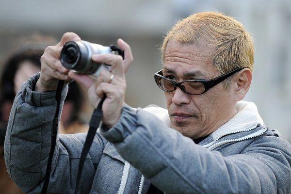Tatzu Nishi, artiste japonais, prend une photo de son œuvre éphémère