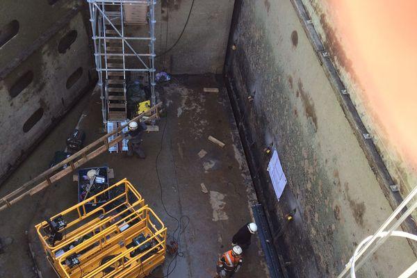 Des équipes qui interviennent sur le chantier près des portes parti amont.