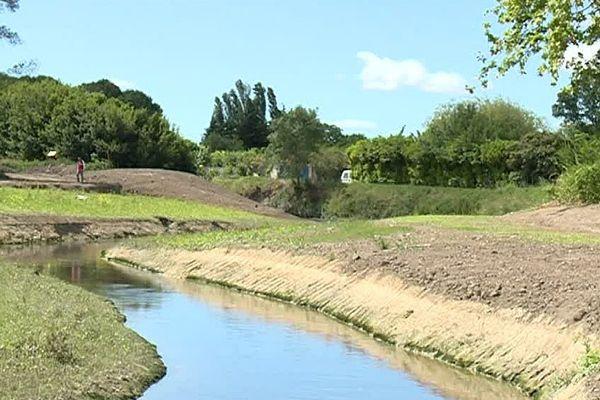 Milhaud (Gard) - le Vistre redessiné pour éviter les inondations - juin 2016.
