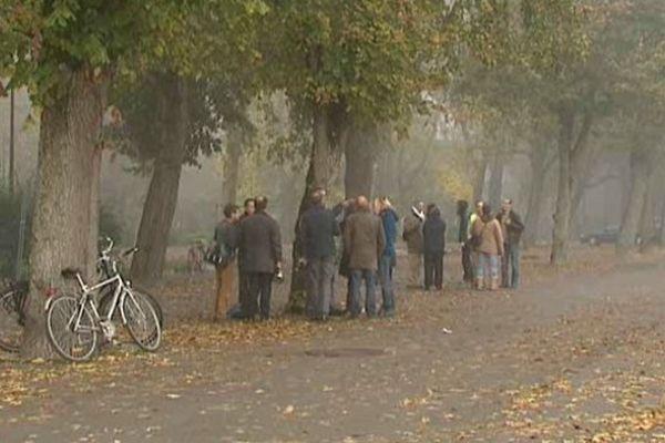 Les écologistes se sont rassemblés, ce jeudi matin place Séraucourt à Bourges, pour dire non à l'abattage des arbres en vue de la construction de la nouvelle Maison de la Culture.