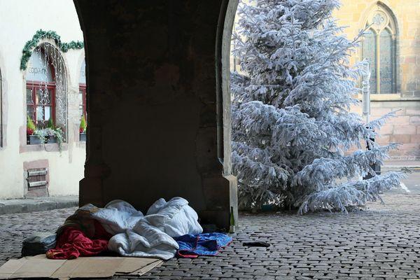 Deux personnes sans-abri dorment sur des cartons en plein centre-ville de Colmar.