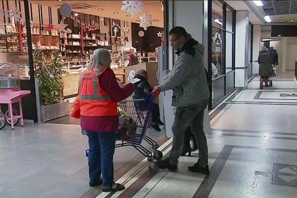 Une bénévole de la banque alimentaire à l'entrée du centre commercial Saint-Sever à Rouen (Seine-Maritime)