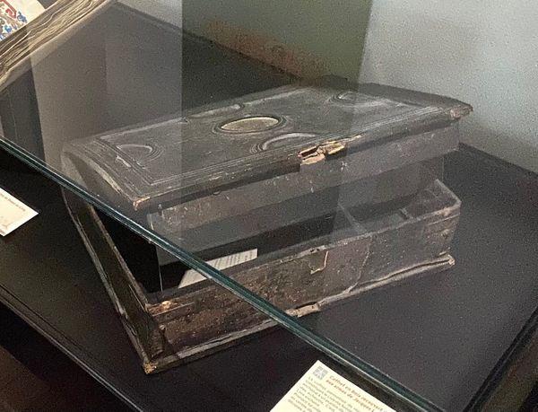 """Septembre 2021 : exposition à Rouen du """"Livre des Fontaines"""" à la bibliothèque patrimoniale Villon. Le coffret en bois qui contenait l'ensemble des manuscrits."""