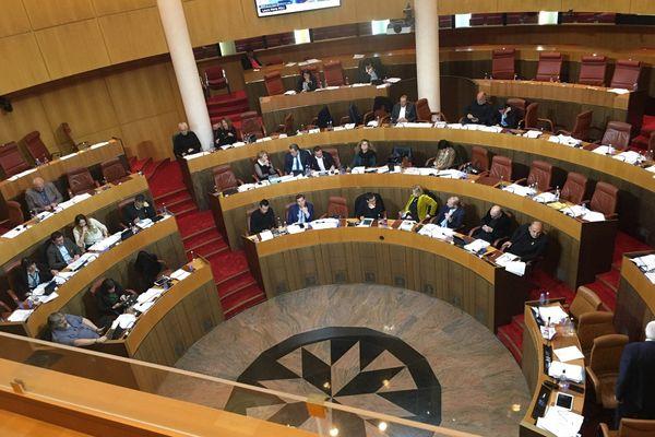L'hémicycle déserté par l'opposition. Les travaux continuent, la majorité est suffisamment absolue pour avoir le quorum, vendredi 22 février 2019.