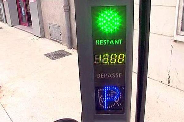 Nîmes - une borne de stationnement gratuit 15 minutes - 13 novembre 2013.