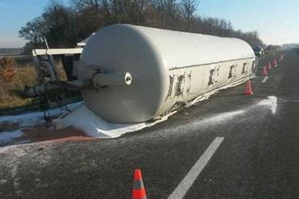 Un poids-lourd transportant des billes de plastique s'est renversé en direction de Tours, après le sortie Bléré (n°11)