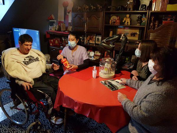 La visite d'une aide à domicile comme Gaëlle Fourneret est aussi un soulagement pour les familles.