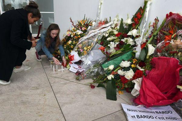 Des touristes rendent hommage aux victimes de l'attaque contre le musée du Bardo, à Tunis.