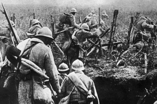 Sur cette photo, prise en 1916, les soldats français s'apprêtent à donner l'assaut lors de la bataille de Verdun
