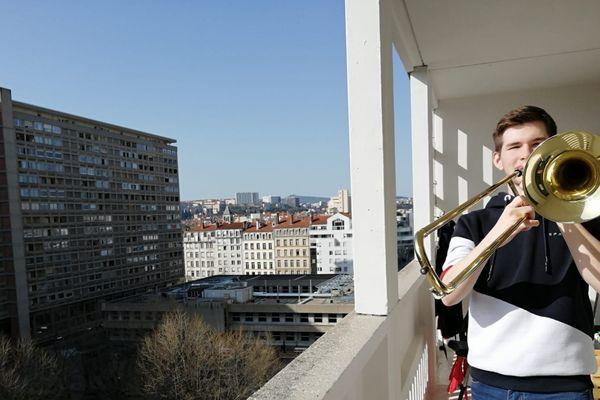 A Lyon (3e), Victor Bufferne joue de son trombone sur son balcon tous les soirs pour mettre l'ambiance depuis le confinement du 17 mars. Ne manquez pas le nouveau rendez-vous du 20h.