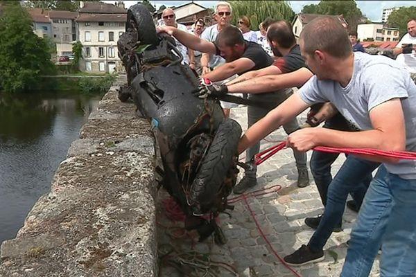 Ce jour-là, les pêcheurs à l'aimant ont récupéré un scooter dans la Vienne