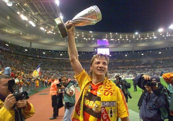 L'emblématique Tony Vairelles (RC Lens) brandissant le trophée en 1999 au Stade de France.