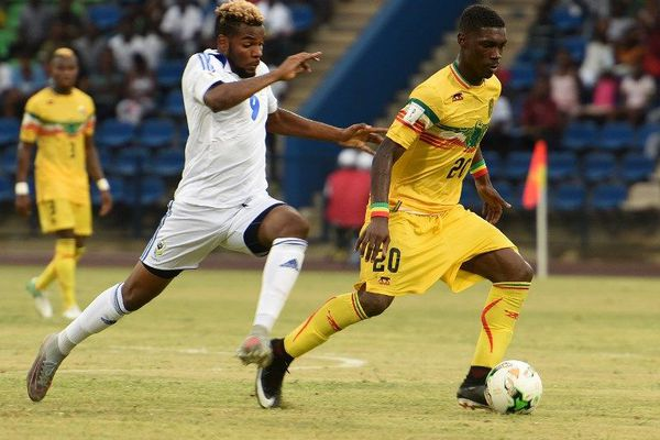 Aaron Boupendza (en blanc) durant le match Gabon-Mali, le 11 novembre 2017.