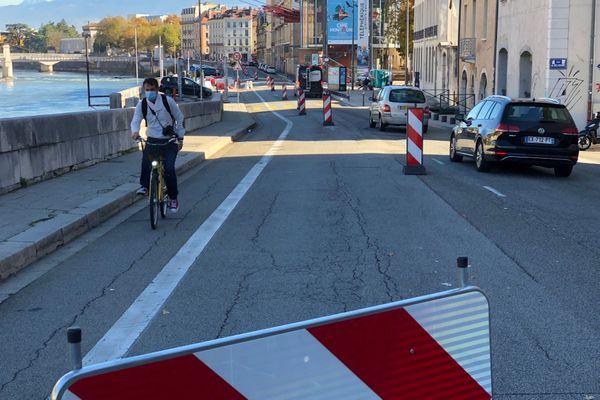 Un cycliste circule sur la piste Tempovélo le long de l'Isère à Grenoble, lundi.