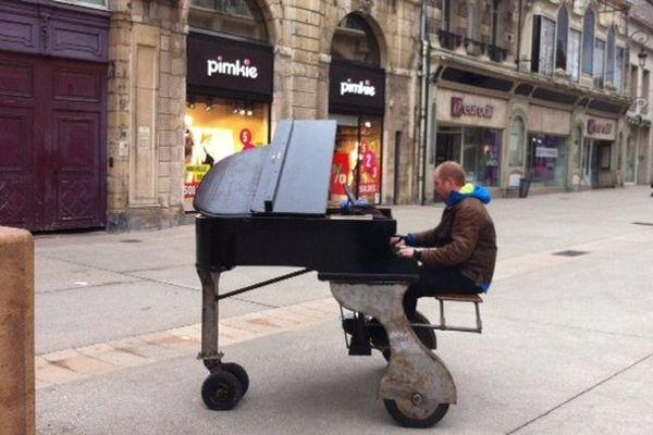 """Voel Martin a créé sa compagnie """"La volière aux pianos"""" il y a un et demi, et se déplace de ville en ville partout en France, pour offrir des concerts de rue. Ici, dans la rue de la Liberté à Dijon, le dimanche 26 Janvier 2014."""