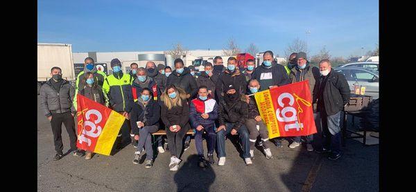 Les salariés de l'entrepôt Carrefour du Rheu en grève ce jeudi 8 avril.