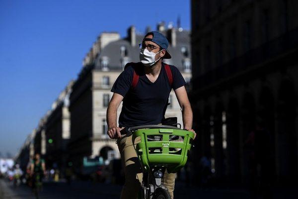 Les cyclistes et joggeurs sont dispensés du port du masque obligatoire. Il est aussi permis de fumer et de manger dans l'espace public à Paris et en petite couronne.