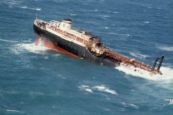 Le Tanio coule en 1980 avec sa cargaison de 28 600 tonnes de pétrole. Son épave fuit encore et nécessite des travaux de colmatage