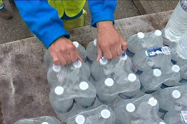 Alpes-Maritimes : depuis plusieurs semaines, la mairie de Grasse organise des distributions de bouteille d'eau face à la pollution du l'eau de robinet.
