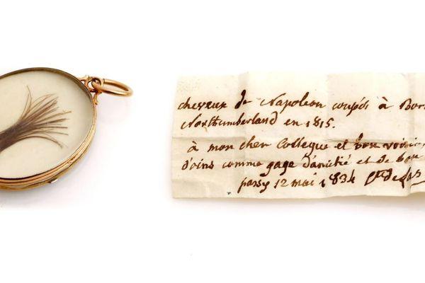Une mèche de cheveux de l'empereur conservée dans un médaillon d'or et pas de bronze