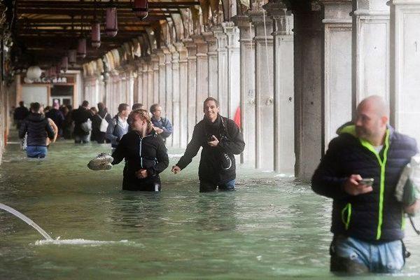 """C'est la 6e fois dans l'histoire récente de la ville que l'""""acqua alta"""" dépasse les 150 cm: elle avait atteint 151 cm en 1951, 166 cm en 1979, 159 cm en 1986, 156 cm en 2008 et un record de 194 cm en novembre 1966."""