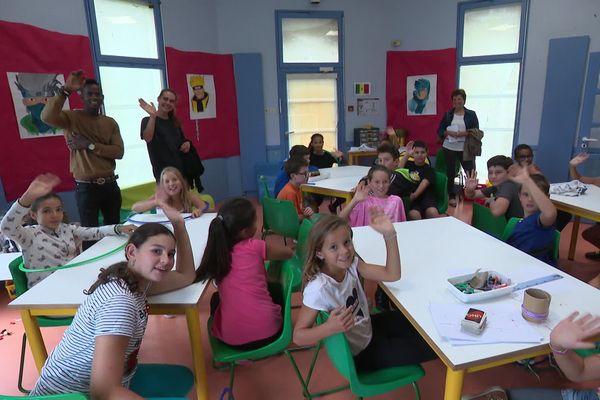 Les enfants du centre de loisirs de Bourg-les-Valence pendant la visite des représentants de la Préfecture de la Drôme mardi 20 août